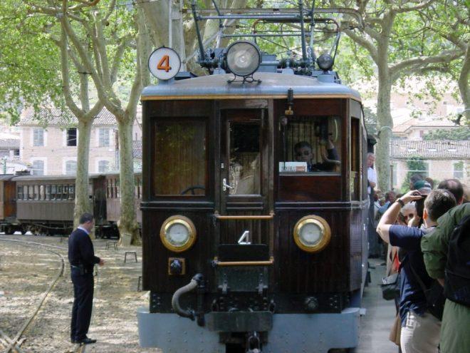 Ein Bild vom historischen Zug, der zwischen Palma und Sóller durch die Serra Tramuntana fährt.