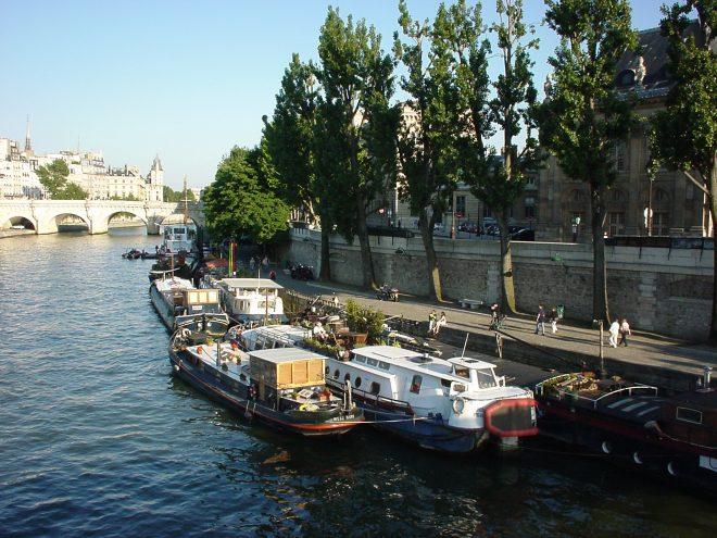 Blick auf die Seine, mit Booten am Ufer.
