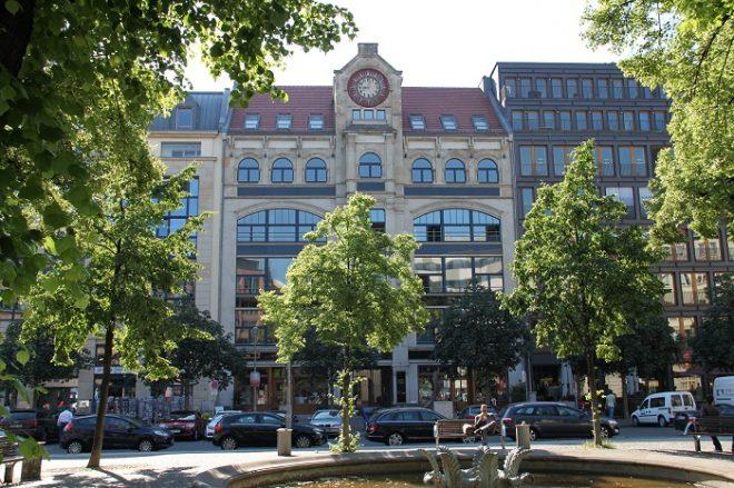 Sonniger Tag am Hausvogteiplatz in Berlin.