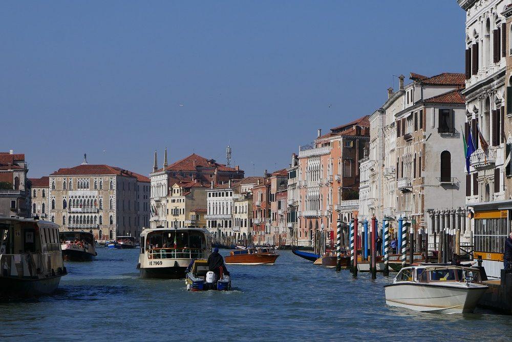 Zu sehen ist der Canal Grand in Venedig mit Schiffsverkehr.